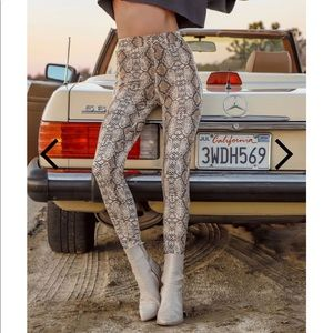 🚚 Snake pattern Women's Fleece lined leggings